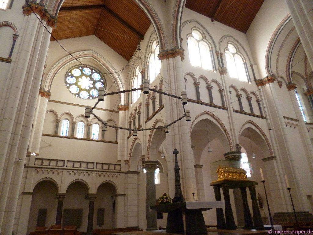 die neoromanische Kirche Neu St. Heribert mit dem Heribert-Schrein