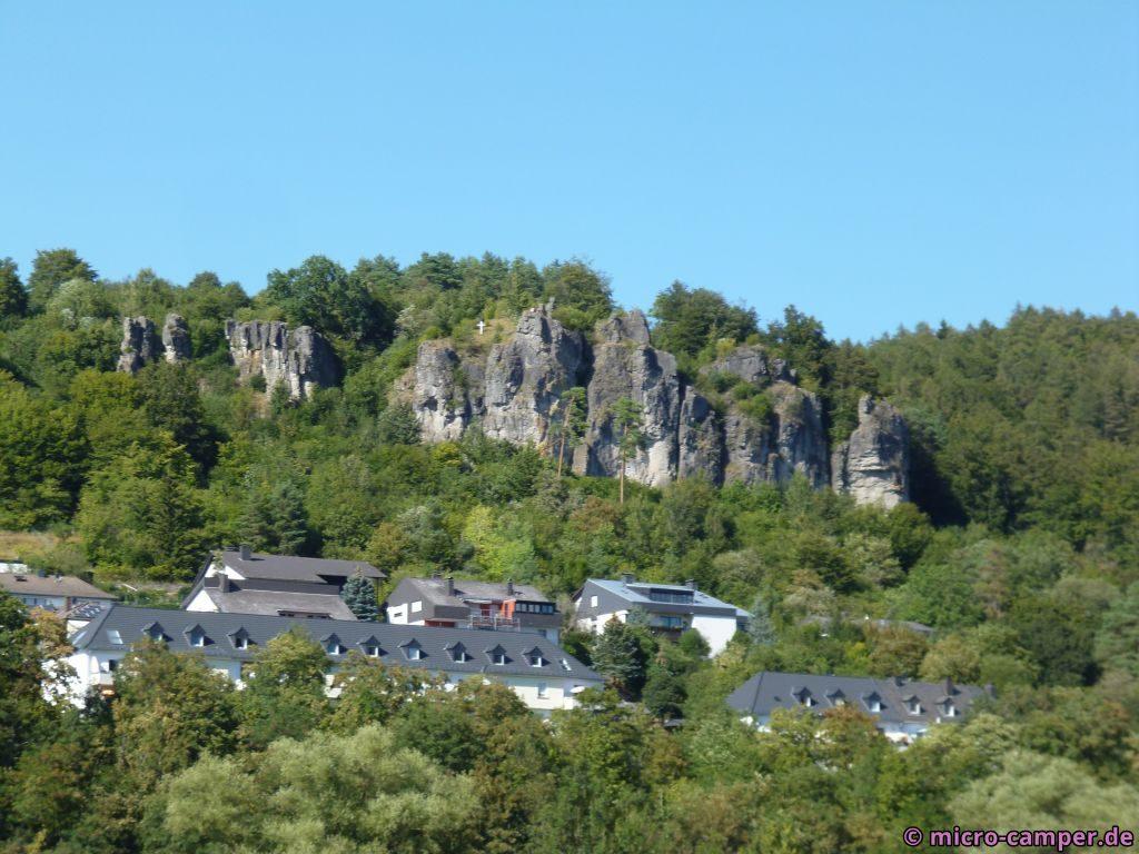 Die Gerolsteiner Dolomiten recken sich aus dem Wald