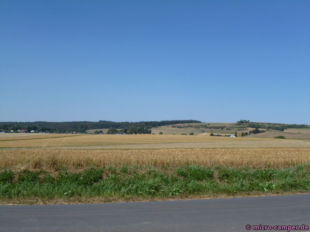 Die Felder abgeerntet, die Böden staubtrocken. Könnte auch die Crete in der Toskana sein ...