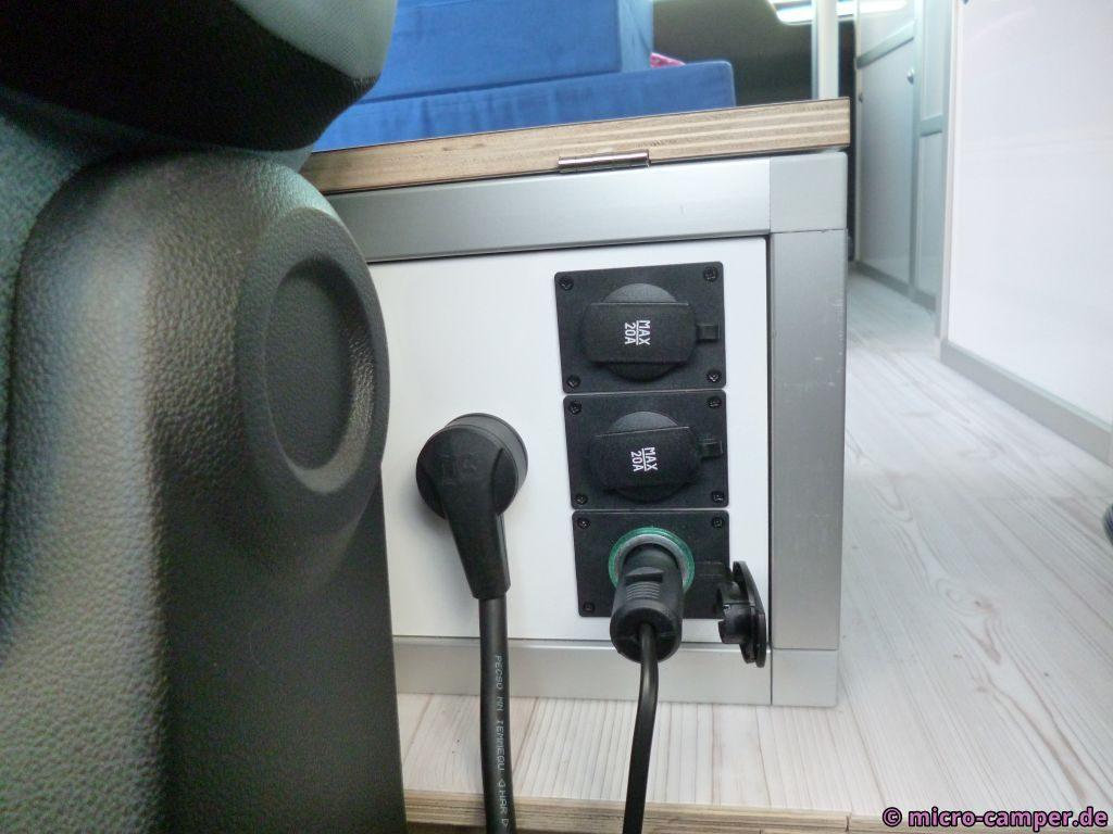 Kabel von der Zweitbatterie und drei 12-V-Steckdosen am Elekromodul hinten