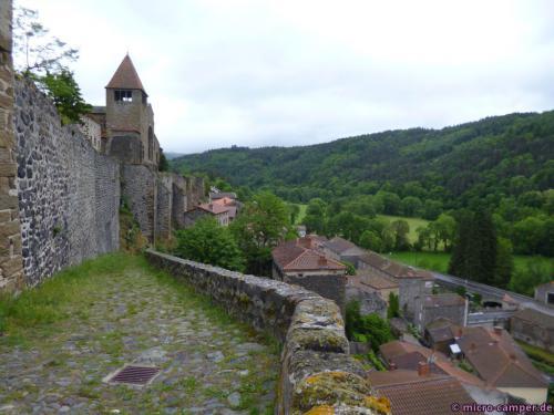 Die alte Abtei beherrscht das Dorf
