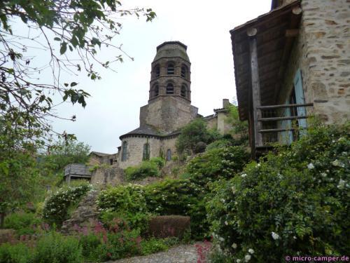 Die Abteikirche überragt das Dorf