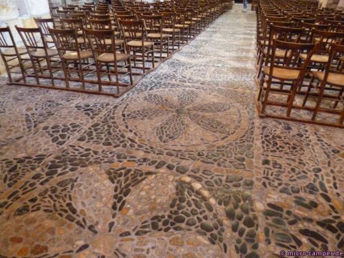 Der gesamte Fußboden besteht aus Flusskieseln, die in schönen Ornamente angeordnet sind