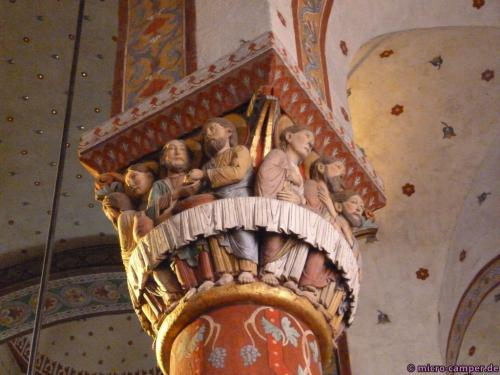 Die Kapitelle sind original romanisch, die Ausmalung aus dem 19. Jahrhundert