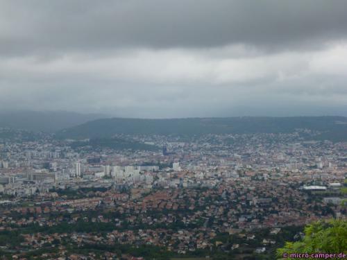 Blick auf Clermont-Ferrand (nach Norden), gut zu erkennen: die schwarze Kathedrale