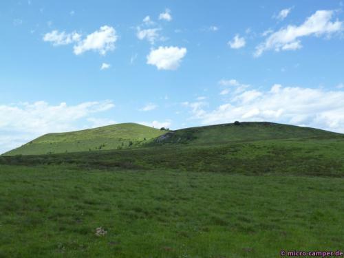 Rundum erheben sich alte Vulkankegel