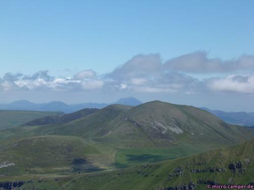 Vorne mit dem grauen Fleck: der Puy de l'Angle. Dahinter in der Ferne: der Puy de Dôme.