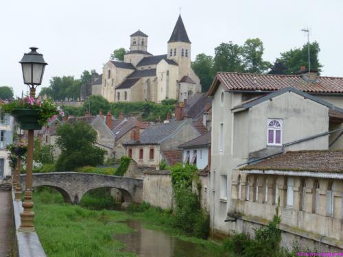St-Vorles thront über der Stadt und der Seine