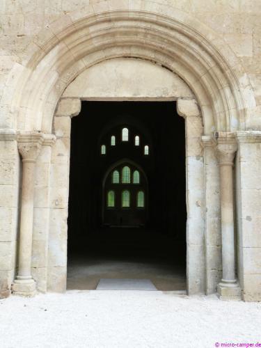 Blick durch das Westportal der Abteikirche zum Chor
