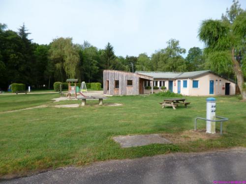 Waschhaus, Aufenthaltsraum und Spielplatz auf dem CP Alésia