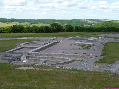 Grundmauern der Basilika am Forum von Alésia