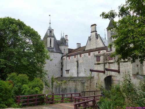 Der Eingang zum Schloss, stilecht mit Zugbrücke