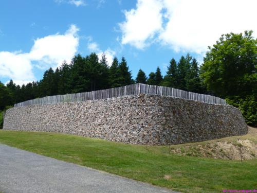 """Rekonstruierte keltische Stadtmauer vom Typ """"murus gallicus"""""""