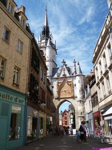 Der Uhrturm von Auxerre in der heutigen Fußgängerzone