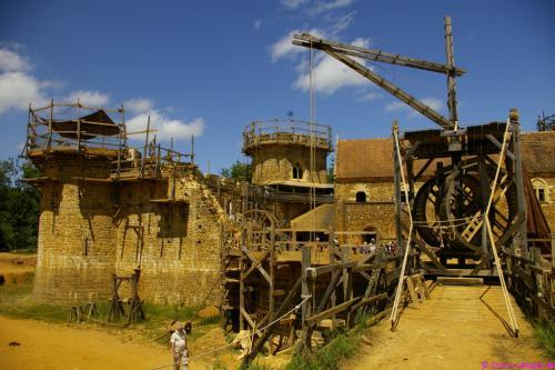 Vorne der zukünftige Zugang zur Burg, hinten der fertige Palas und der Turm mit Kapelle