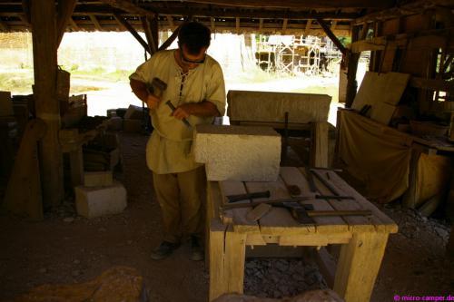 Harte Arbeit für die Steinmetze - Schutzbrille und Sicherheitsschuhe müssen sein
