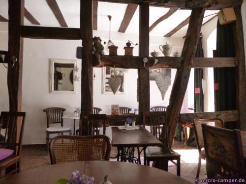 Das gemütliche Interieur des Café Plüsch