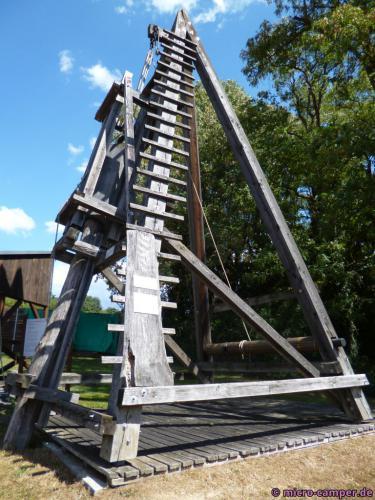 Mit einer solchen Pfahlramme ließ Cäsar Brücken über den Rhein bauen