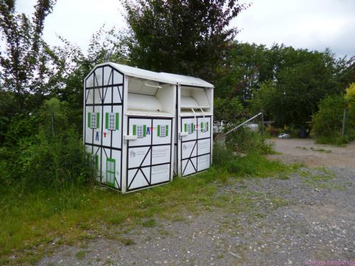 selbst die Kleidersammelcontainer passen sich dem örtlichen Baustil an :-)