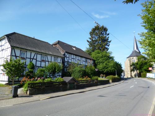 alte Häuser und die Wallfahrtskirche St. Mariä Heimsuchung in Marialinden