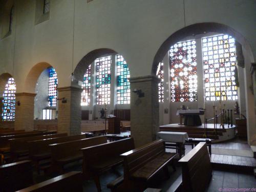 "St. Walburga in Overath mit modernem ""Anbau"""