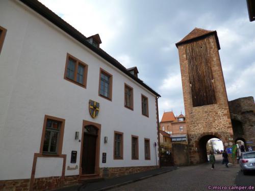 Das Deutschordenshaus und eines der Stadttore von Gelnhausen