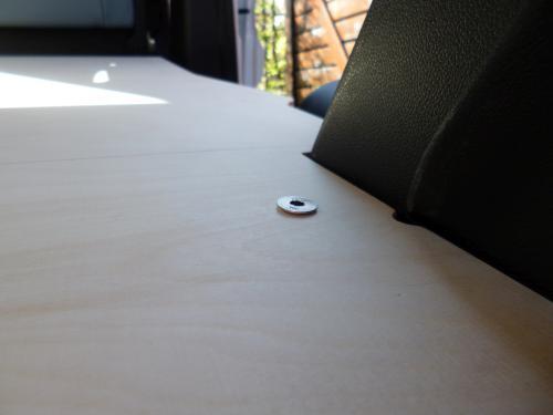 Verschraubung der Bodenplatte im Schraubloch einer Zurröse