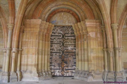 Das beeindruckende romanische Portal der Klosterkirche