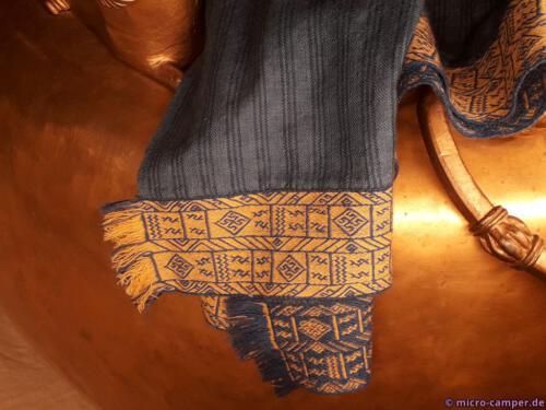 Die Stoffe und Bänder wurden anhand der Funde nachgewebt