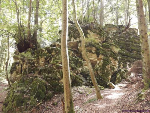 Überall riesige Felsbrocken und -wände