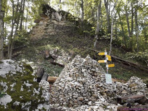Große Steinstapelungen neben großen Felsbrocken - eine ganz eigenartige Wirkung stellt sich da ein