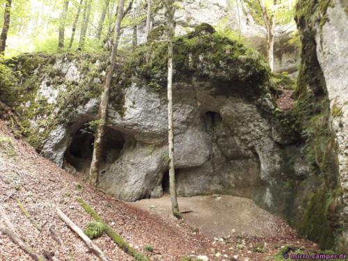Bei Regen könnte die Felswand Schutz bieten