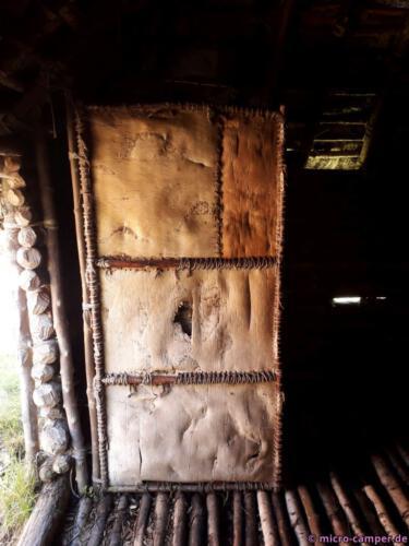 Türblatt aus einem mit Birkenrinde bespannten Rahmen
