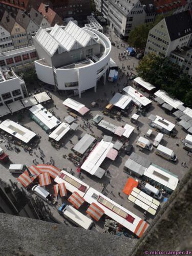 Markt und das runde, weiße Stadthaus von oben