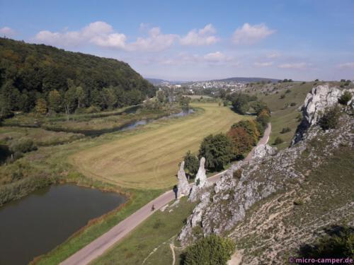 """Von höheren Felsen genieße ich den Ausblick in das Tal, in der Mitte die Felsformation """"Jungfrauen"""""""