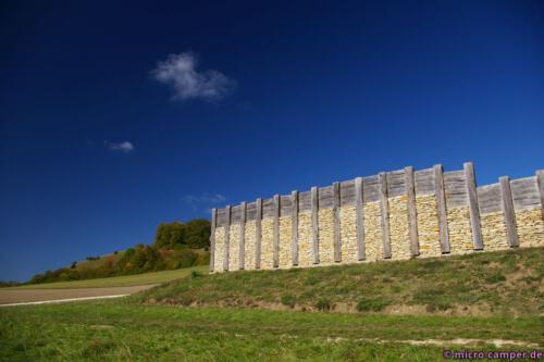Rekonstruierte Pfostenschlitzmauer der Kelten