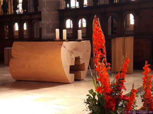 Altar und Pult scheinen aus einem Stück Holz gefertigt zu sein