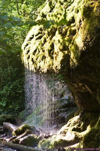 Genau im richtigen Moment vorbei gekommen: vom Sonnenlicht erleuchteter Moos-Wasserfall