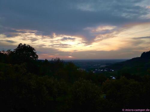 Mit Sonnenuntergang beginnt die Weinprobe. Prost!