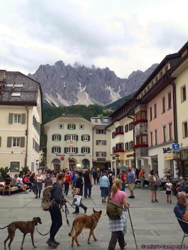 Der Hauptplatz von Innichen vor schönstem Panorama