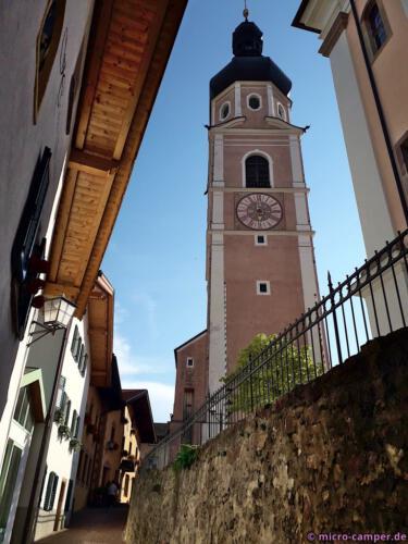 Der Glockenturm der Kirche steht frei