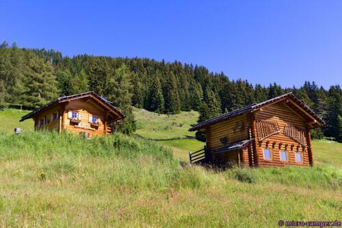 Überall auf der Alm stehen kleine oder größere Hütten