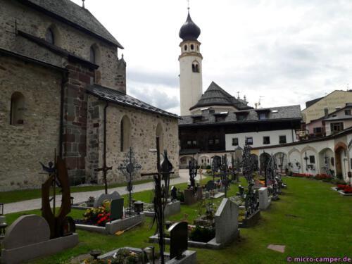 Der Friedhof ist von Metallkreuzen geprägt