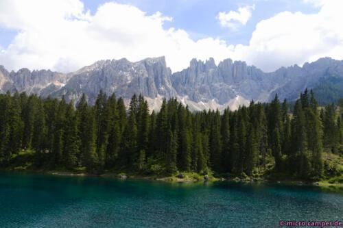 Das Làtemargebirge südlich des Sees