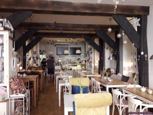 Innen ist das Café noch schöner, alles in Shabby-Chic eingerichtet