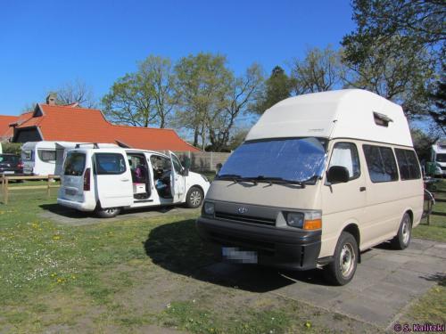 Unsere zwei Camper - erkennt jemand den beigefarbenen Bus wieder ;-)